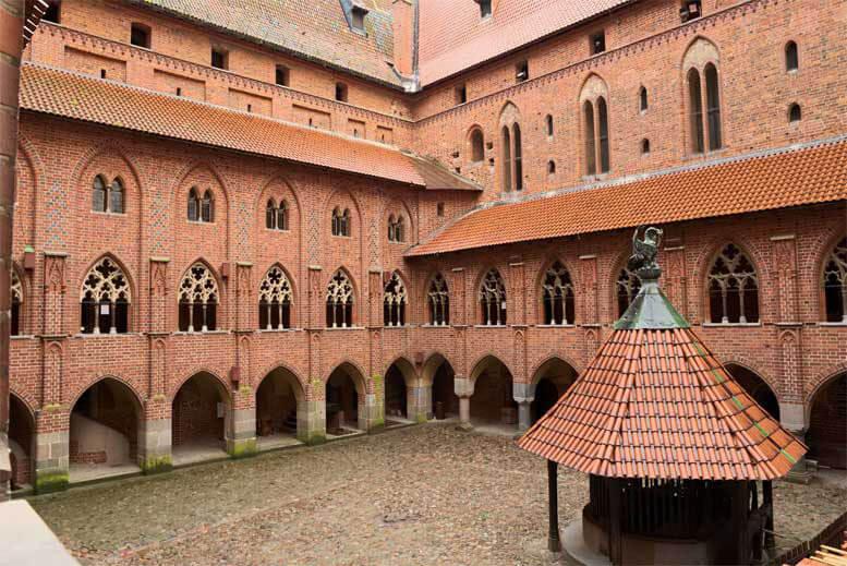 Patio con arcadas y galerias en el Castillo Medieval de la Orden Teutónica en Malbork Marienburg - Tour Castillo de Malbork en español con guía privado