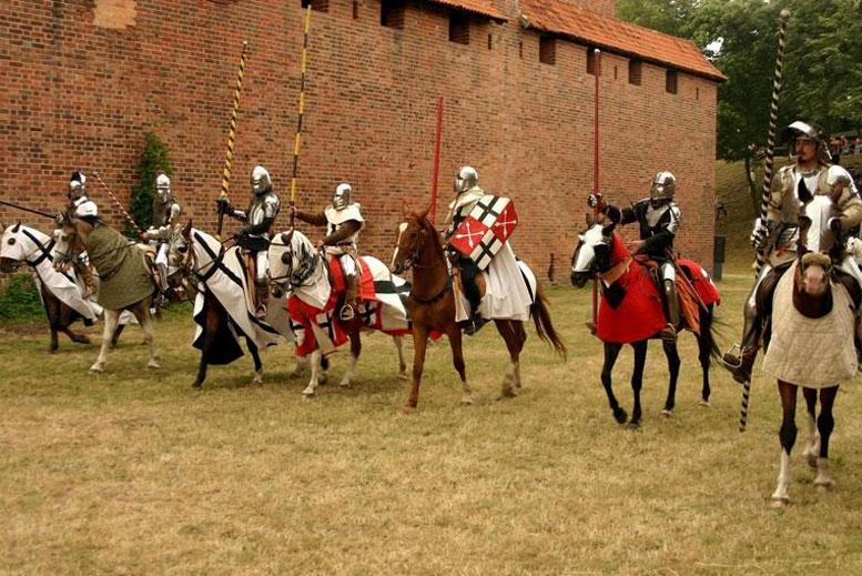Soldados de la Orden Teutonica Castillo de Malbork - Tour Malbork con guía privado en español